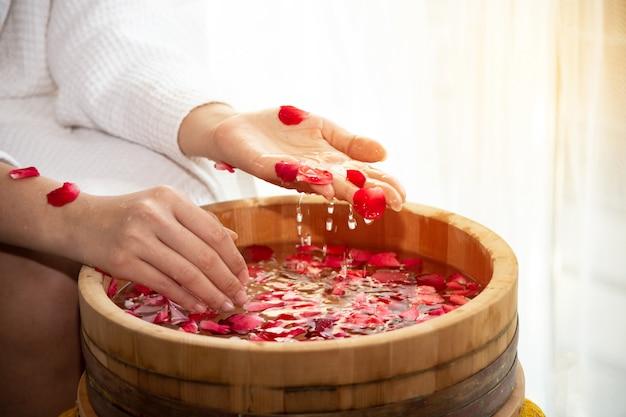 Tratamentos de spa para mãos femininas