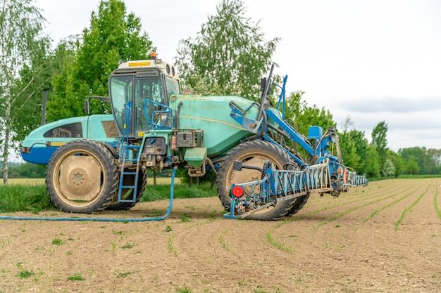 Trator adaptado para pulverização de ervas daninhas e pragas em campo