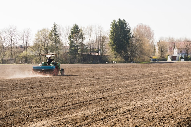 Trator arando a terra para a próxima colheita