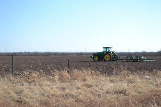 Trator arando um campo