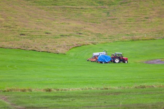 Trator com arados em um campo da islândia