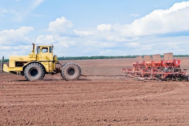 Trator com semeadora no campo
