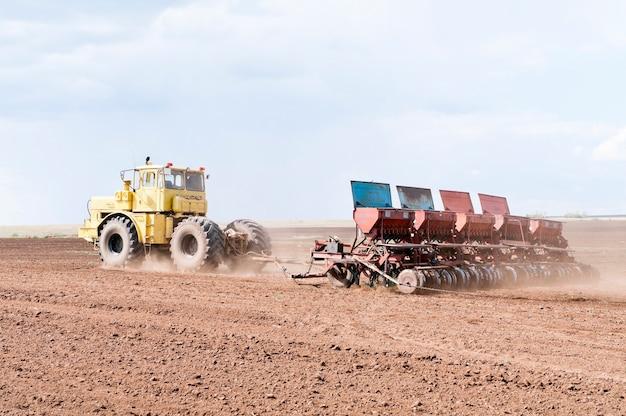 Trator com semeadora semeadura