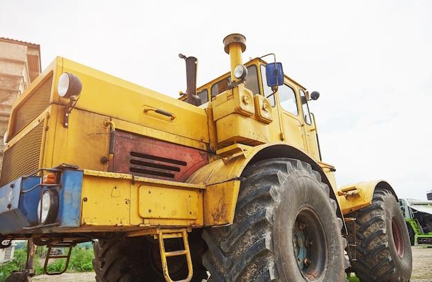 Trator de carregadeira de construção pesada na área de construção.