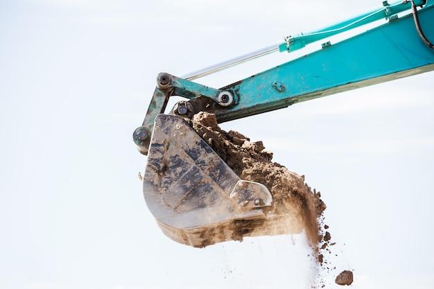 Trator de escavadeira de trabalho que escava uma trincheira.