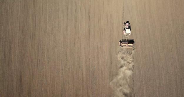 Trator de vista aérea no campo.