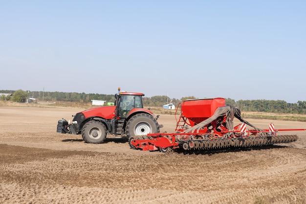 Trator em um campo de fazendeiro