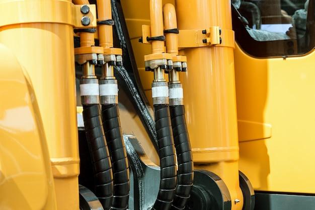 Trator hidráulico amarelo