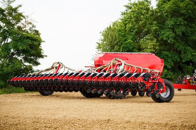 Trator moderno de grande porte para a semeadura de grãos. maquinaria agrícola