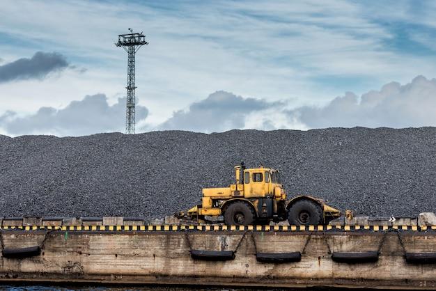 Trator na colina de carvão