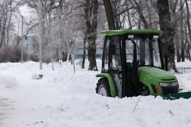 Trator para remoção de neve em parques e ruas da cidade
