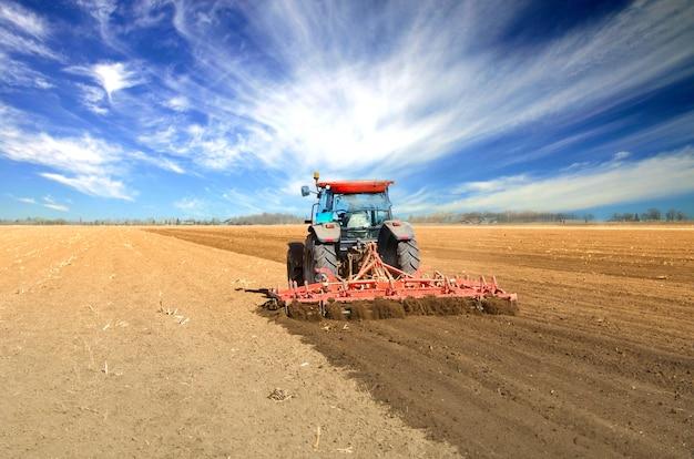 Trator trabalhando no campo