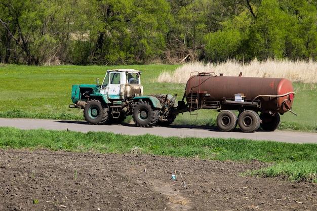 Trator velho dirigindo na estrada rural
