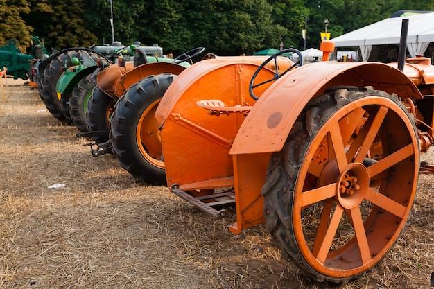Tratores antigos em perspectiva, veículo agrícola, vida rural