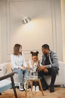 Traumas infantis. casal discutindo em sessão de terapia no consultório de terapeutas.