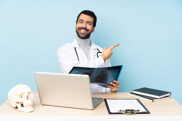 Traumatologista profissional em local de trabalho apontando para o lado para apresentar um produto