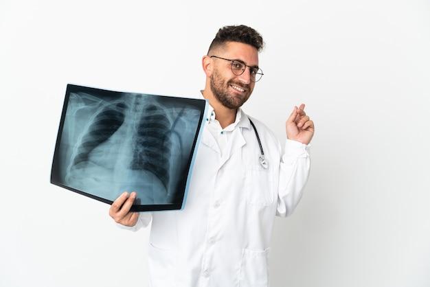 Traumatologista profissional isolado em fundo branco apontando para trás