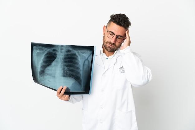 Traumatologista profissional isolado no fundo branco com dor de cabeça