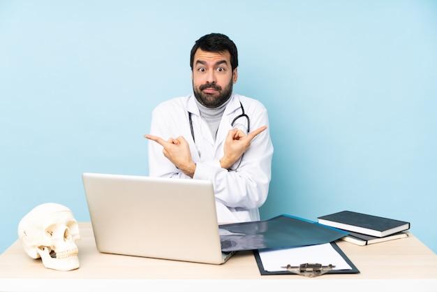 Traumatologista profissional no local de trabalho, apontando para as laterais com dúvidas