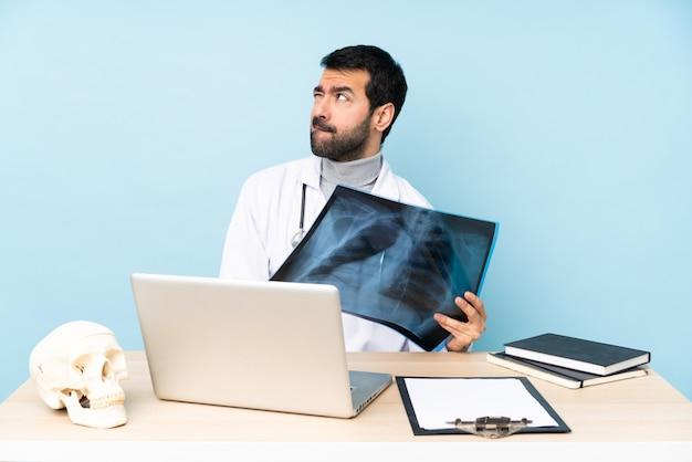 Traumatologista profissional no local de trabalho com a expressão do rosto confuso