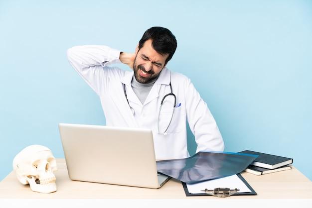 Traumatologista profissional no local de trabalho com dor de garganta
