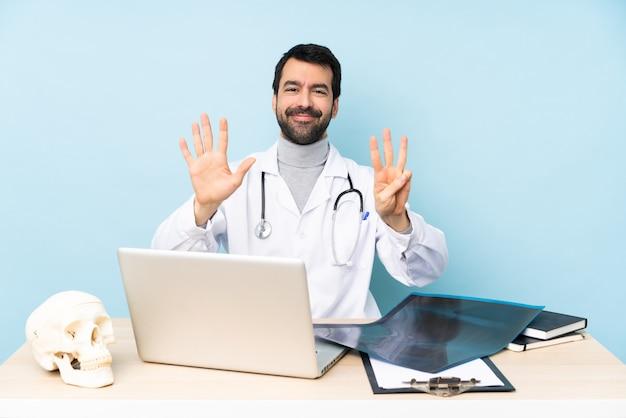 Traumatologista profissional no local de trabalho, contando oito com os dedos