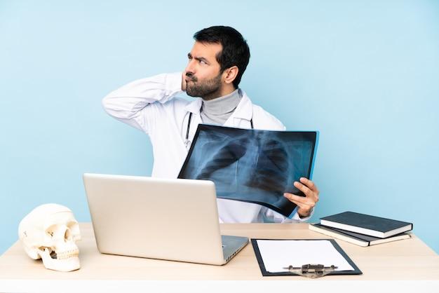 Traumatologista profissional no local de trabalho, pensando em uma idéia