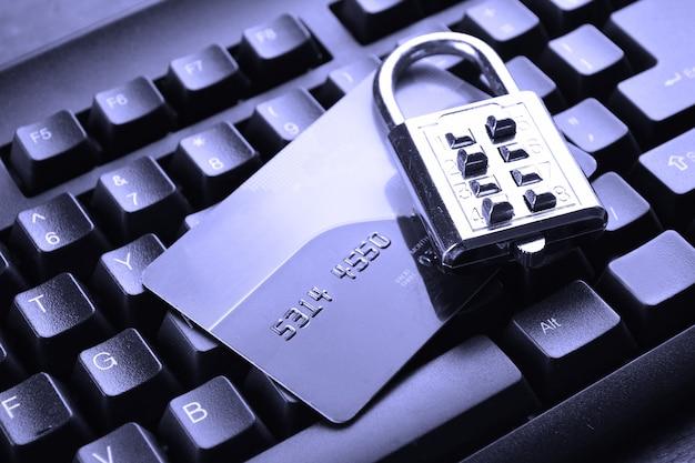 Trava de segurança em cartões de crédito com teclado de computador. foco seletivo, foco suave e profundidade de campos rasa - dof