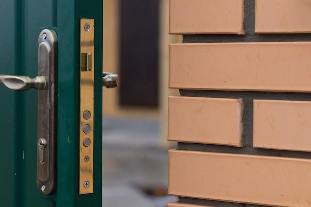 Trava de segurança tripla em uma nova porta aberta com dobradiças para mostrar os mecanismos de alavanca na placa de latão