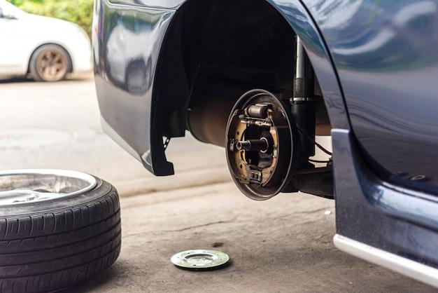 Travão de tambor e pastilhas de freio de amianto na garagem do carro
