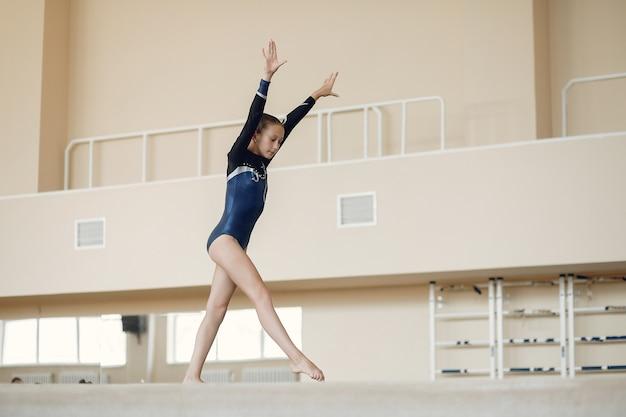 Trave de equilíbrio de ginástica infantil. atleta de ginasta durante uma barra horizontal de exercícios em competições de ginástica.