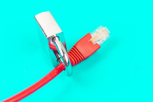 Trave no fio ethernet. conceito de segurança na internet