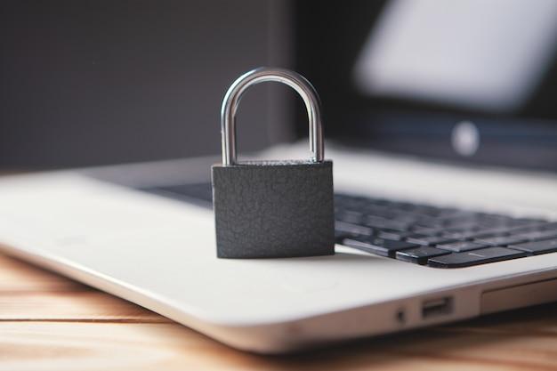 Trave no laptop como proteção do computador e segurança cibernética