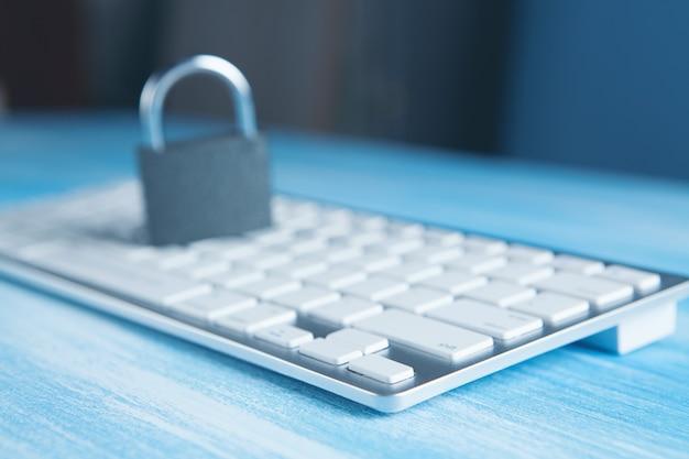 Trave no teclado. conceito de cibersegurança