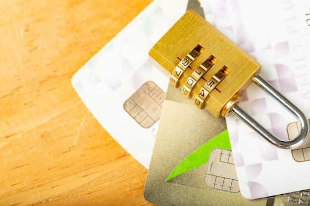 Trave sua senha de pagamento com cartão de crédito na mesa de madeira