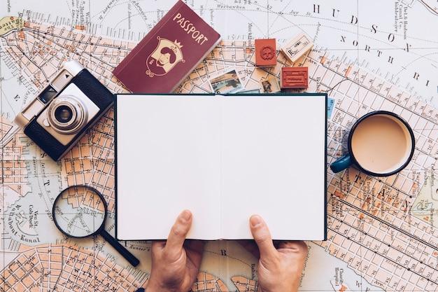 Traveler segurando bloco de notas aberto