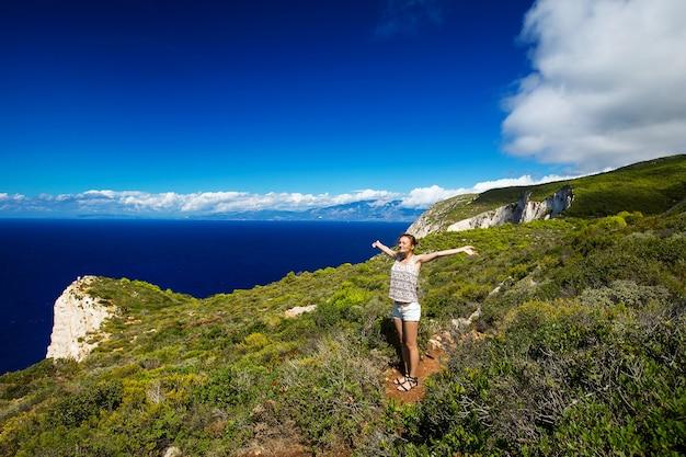 Traveller on the background incredible navagio beach ou shipwreck beach zakynthos grécia