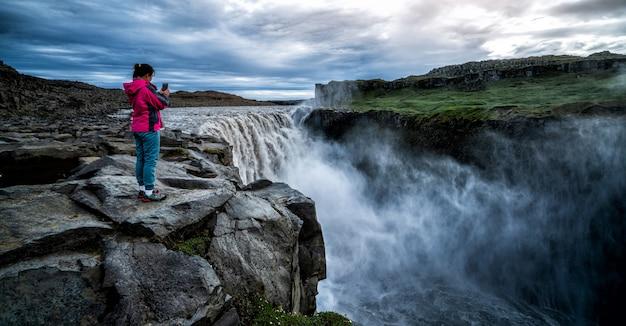 Traveller viaja para dettifoss waterfall na islândia