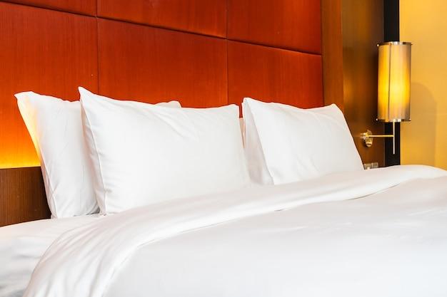 Travesseiro branco e cobertor na cama
