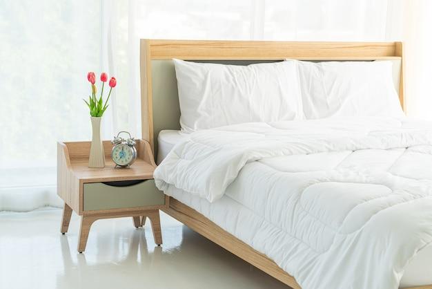 Travesseiro branco na decoração da cama no quarto