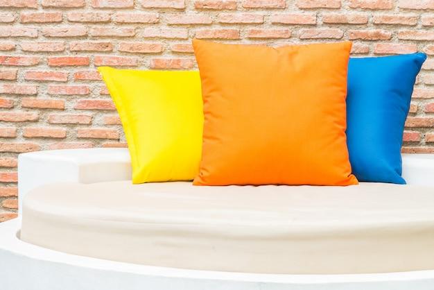 Travesseiro colorido na cama no hotel resort piscina