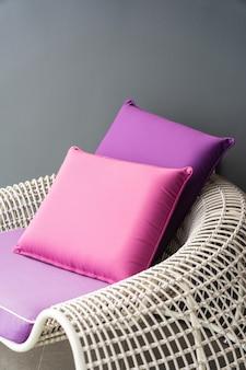 Travesseiro confortável na cadeira do sofá