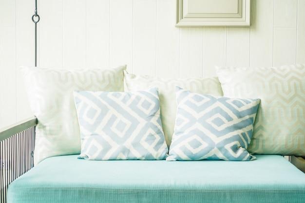 Travesseiro confortável no sofá