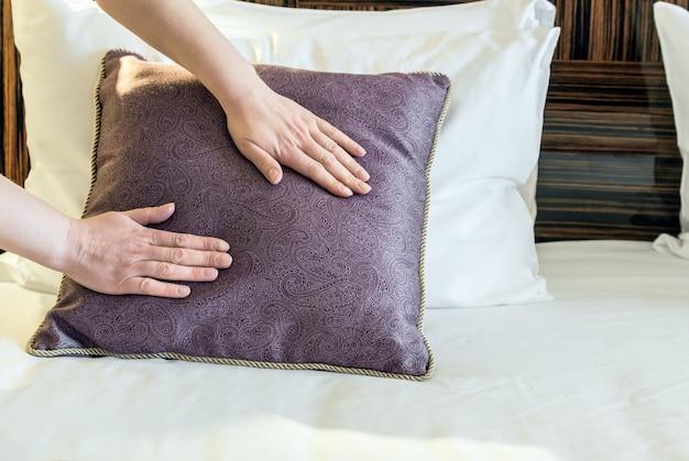 Travesseiro corrigido de mãos femininas