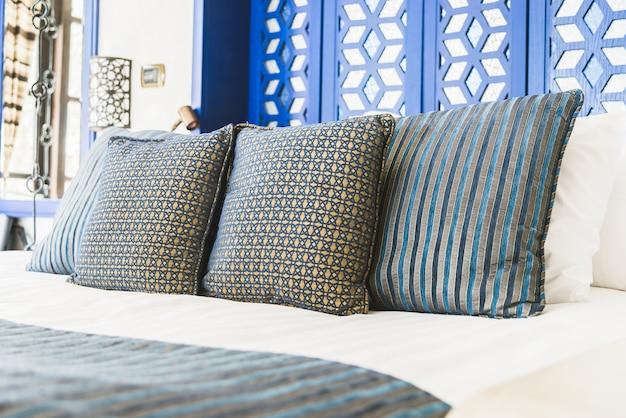 Travesseiro de cama no hotel