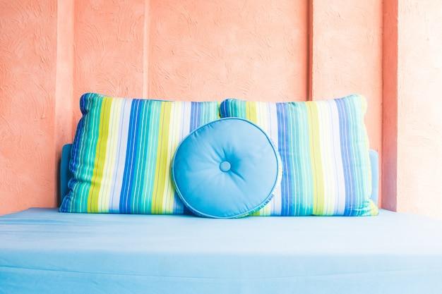 Travesseiro de luxo lindo no sofá