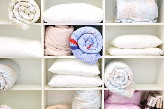 Travesseiro e colcha, quarto de cama