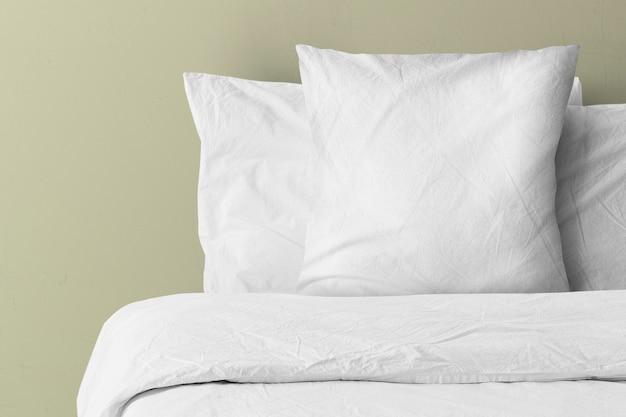 Travesseiro na cama com espaço de cópia em branco
