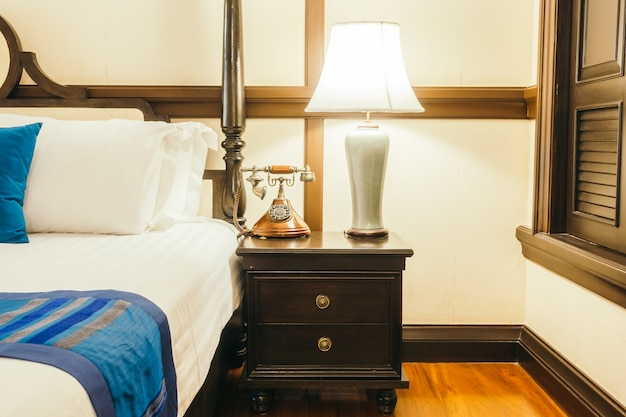 Travesseiro na cama com lâmpada de luz