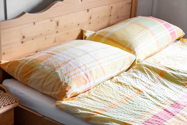 Travesseiro na cama decoração no quarto